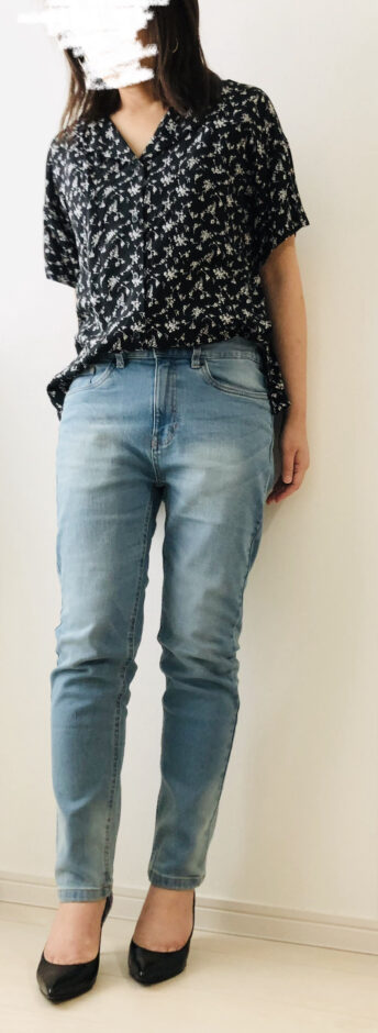 【OMNES Another Edition】製品洗いテーパードパンツを履いた画像