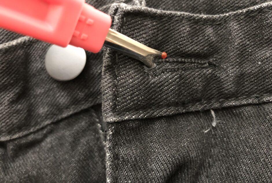 ダイソーの裁縫グッズ リッパーでボタンホール に穴を開ける