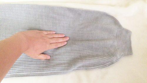 パシオスで購入したグレーのトップスの袖部分